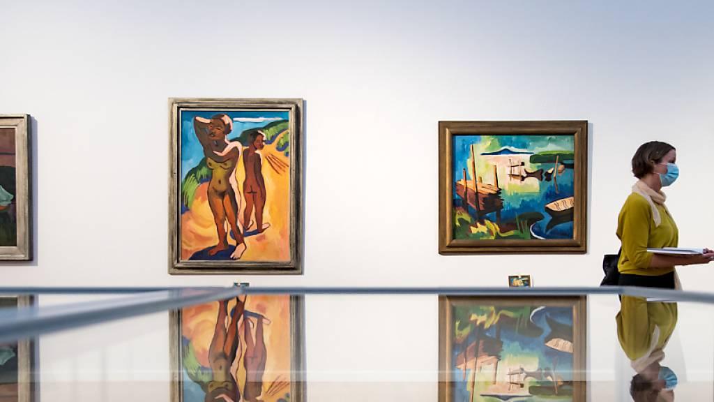 ARCHIV - Die Arbeiten (v.l.) «Sommerabend am See», 1934, «Auf der Düne», 1932, «Am Belasee», 1932, und «Malven am Haus», von Karl Schmidt-Rottluff, sind während einer Vorbesichtigung in den Kunstsammlungen Chemnitz zu sehen. Foto: Hendrik Schmidt/dpa-Zentralbild/dpa - ACHTUNG: Nur zur redaktionellen Verwendung im Zusammenhang mit der aktuellen Berichterstattung