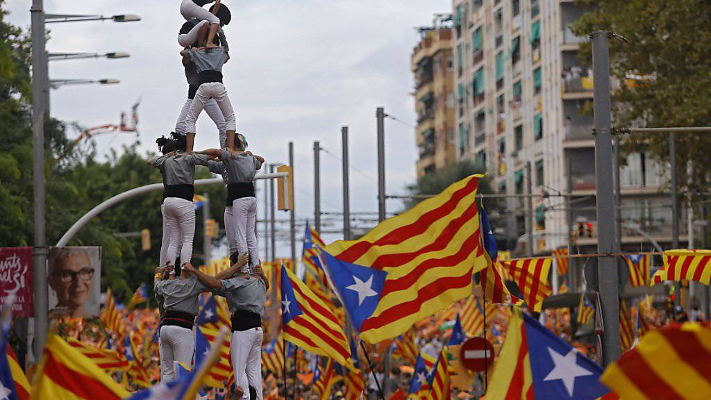 Bei Kundgebungen haben 1,4 Katalanen die Unabhängigkeit gefordert. Einige Demonstranten bildeten menschliche Pyramiden - in Katalonien eine Art Volkssport.