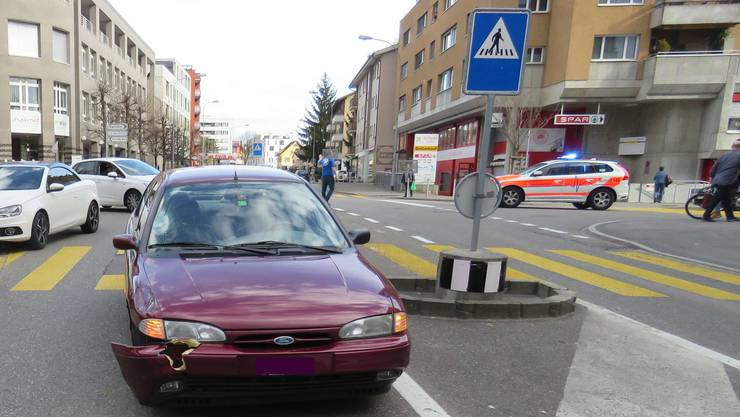 Eine 69-jährige Autolenkerin hat am Dienstag in Wettingen eine 25-jährige Fussgängerin auf dem Zebrastreifen angefahren und verletzt.