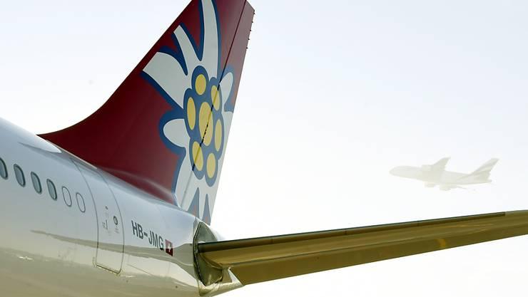 Ein Edelweiss-Flugzeug des Typs Airbus A340 wurde bei einer Kollision mit einem anderen Flugzeug am Boden am kanadischen Flughafen von Vancouver am Heck beschädigt. (Symbolbild)