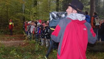 Den Wundern der Natur auf der Spur: Markus Gehrig bei den Video-Dreharbeiten am Waldtag der Schulkinder. HH.