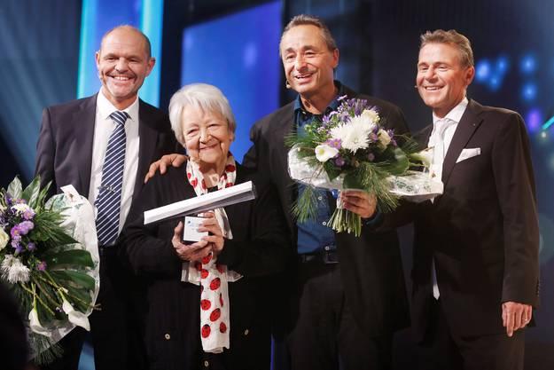 Für die Finalisten gabs Blumen: Markus Ernst, Gewinnerin Irma Koch, Johannes Muntwyler und NAB-CEO Peter Bühlmann