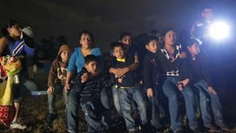 Immigranten werden nach illegaler Grenzüberquerung gestoppt