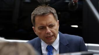 Die EU-Finanzminister haben am Dienstag in Brüssel den Weg für Strafen gegen die Defizitsünder Spanien und Portugal frei gemacht. Der slowakische Finanzminister Peter Kazimir, dessen Land zurzeit den EU-Ratsvorsitz hat, nimmt vor den Medien Stellung.