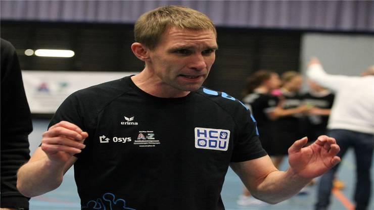 HCDU Coach Peter Rusert gibt seinem Team klare Anweisungen.