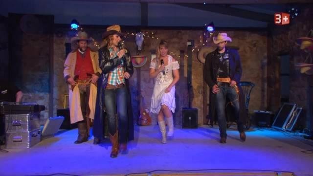 Tom und Roger müssen zum Line-Dance auf die Bühne. Michelle Ryser singt live.