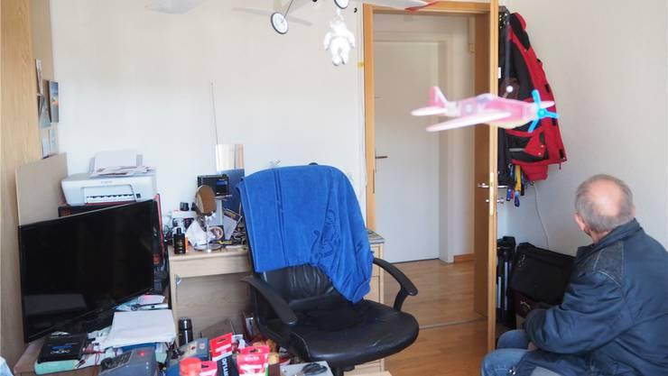 Hansrudolf Christen in seinem Zimmer mit seinen Modellfliegern, die er seit Jahren selbst herstellt. Bis Ende Juni muss er das Zimmer räumen.ces