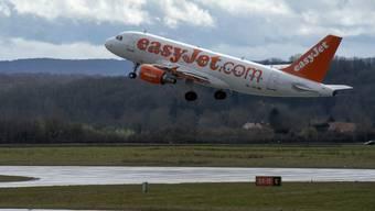 Ein Flugzeug von Easyjet startet am EuroAiport Basel-Mulhouse-Freiburg: 77 Prozent aller Sitzplätze für das zweite Halbjahr sind bereits gebucht.