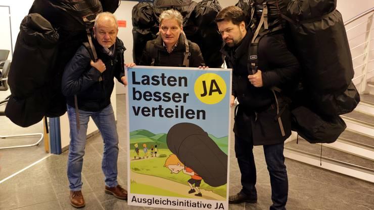 Zu schwere Rucksäcke? Vertreter der Ausgleichs-Initiative beim Kampagnenauftakt in Oberdorf. Von links: Alex Hein (Gemeindepräsident Grellingen), Alexander Imhof (Stadtpräsident Laufen), Daniel Spinnler (Stadtpräsident Liestal).