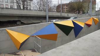 Acht farbige Pyramiden zieren den Velotunnel beim umgestalteten Hardplatz und erinnern an Bildhauer Josef Staub.