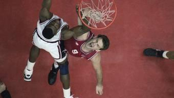 David Robinson im Duell mit Franjo Arapovic im Olympia-Final USA - Kroatien