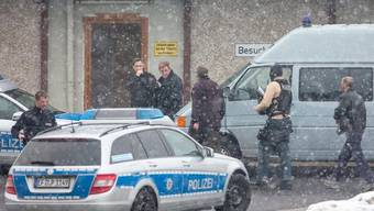 Polizisten vor dem Gefängnis Suhl-Goldlauter