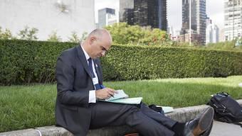 Der Schweizer Bundespräsident, der unkompliziert auf einem Randstein sitzt und Akten studiert, hat weltweit für Aufsehen gesorgt.