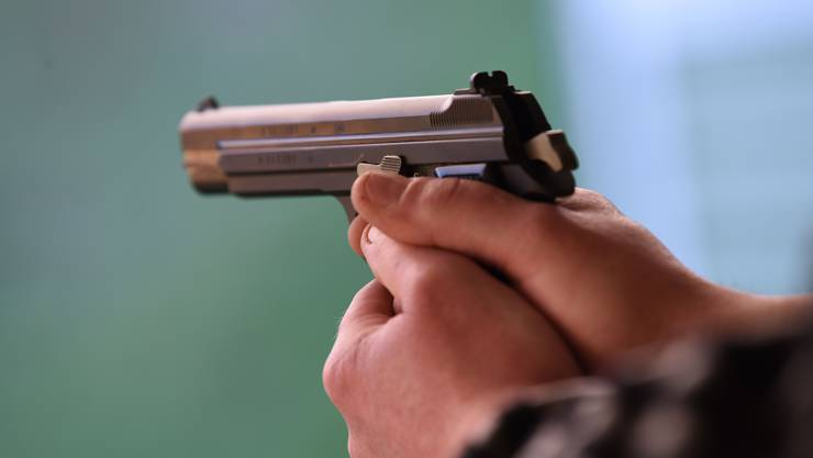 Der Mann wurde mit einer Schussverletzung aufgefunden. (Symbolbild)