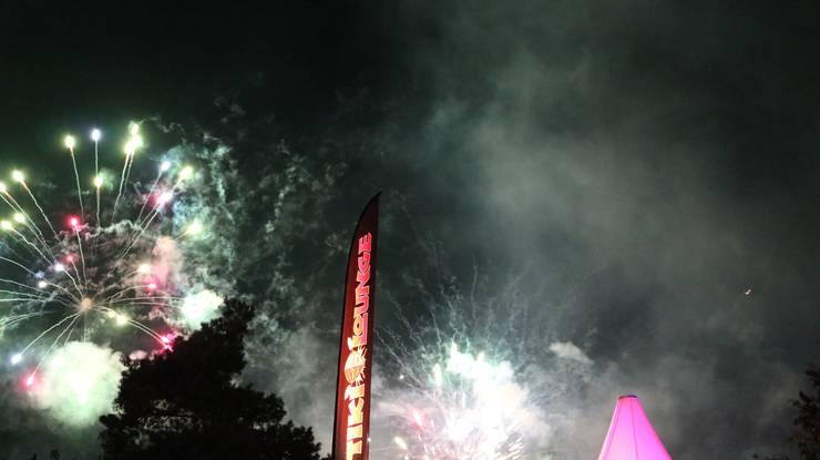 Die Pyrotechniker brachten den Himmel über Schlieren in vielen Farben zum Leuchten