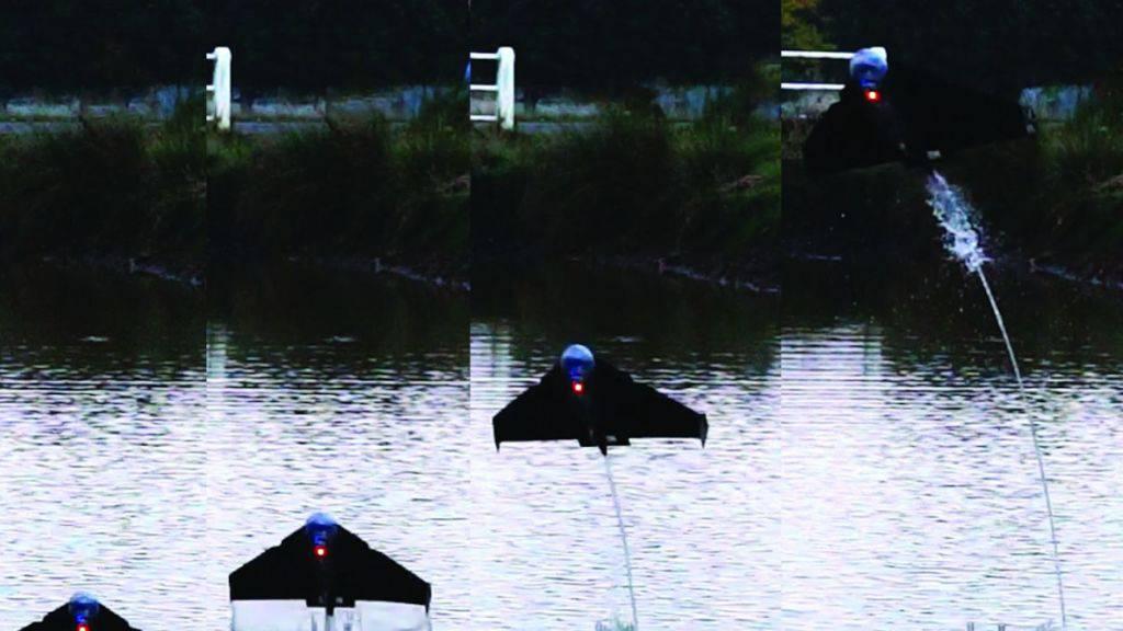 Durch den Wasserstrahl stösst sich der Roboter von der Wasseroberfläche in die Luft und gleitet eine kurze Strecke.
