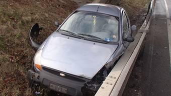 Das Auto landete mitsamt Insassen neben der Strasse.