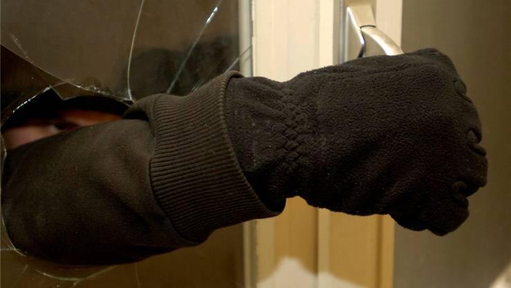 Die Einbrecher verschafften sich Zutritt zum Haus, indem sie ein Fenster einschlugen. (Symbolbild)