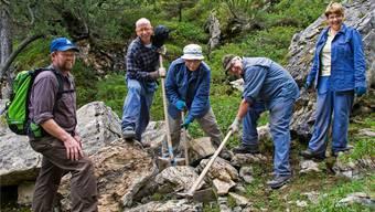 Angehörige der Kirchgemeinde Bremgarten-Mutschellen mit Gruppenleiterin Monika Kern (rechts) bei Unterhaltsarbeiten am Saumpfad.zvg