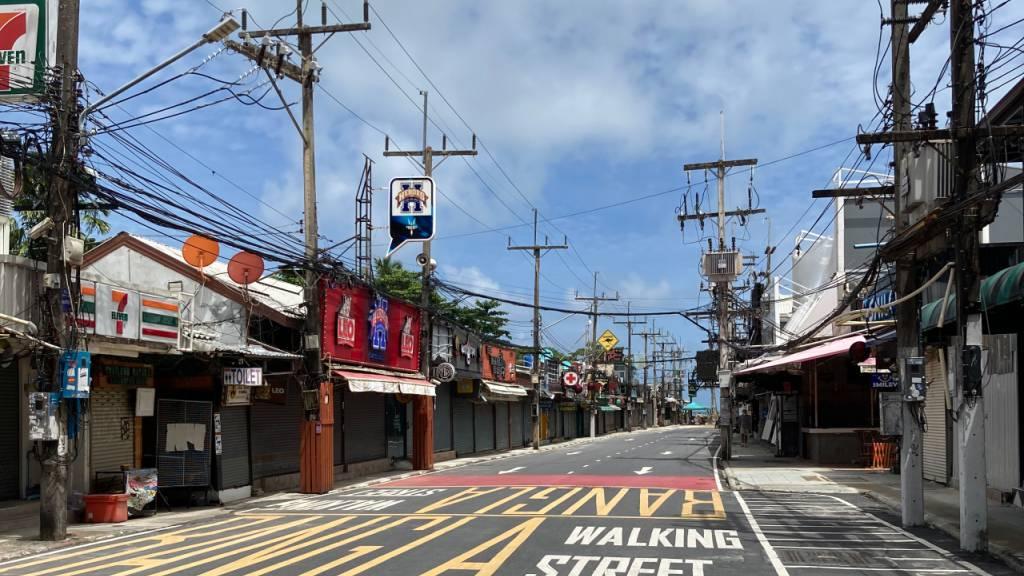 Die berühmte Bangla Road - vor Corona der Hotspot des Tourismus auf Phuket. Foto: Carola Frentzen/dpa