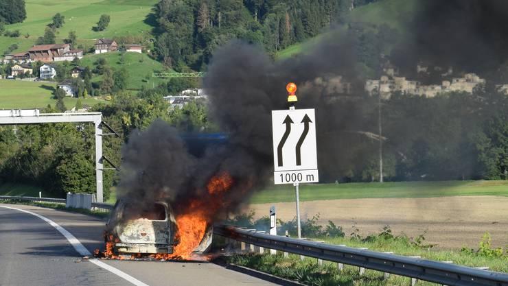 Kurz nach der Raststätte St. Katharina geriet das Auto aus noch ungeklärten Gründen in Brand.