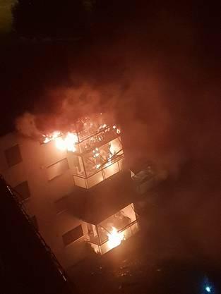 Das Feuer brach gegen Mitternacht in der obersten Wohnung des Hauses aus.