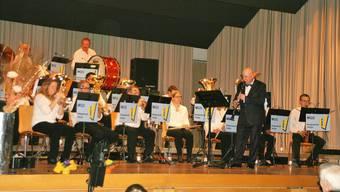 Dirigent Martin Lehmann spielt die Klarinette.