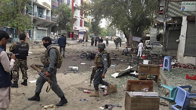 Afghanische Soldaten sichern die Strassen nach tödlichem Anschlag