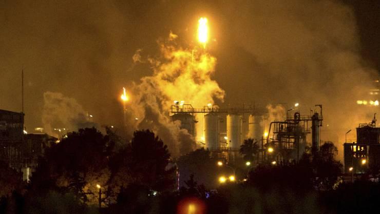 Eine hohe Rauchwolke war auch lange nach der Explosion in einem Chemiepark im nordostspanischen Tarragona von Weitem zu sehen.