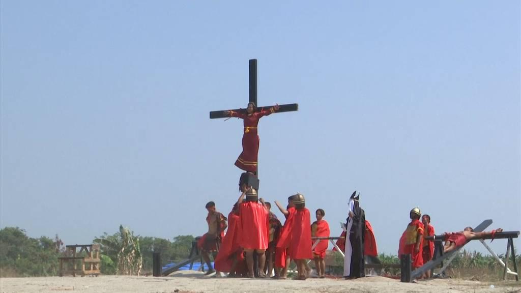 Blutiges Ritual: Gläubige lassen sich kreuzigen