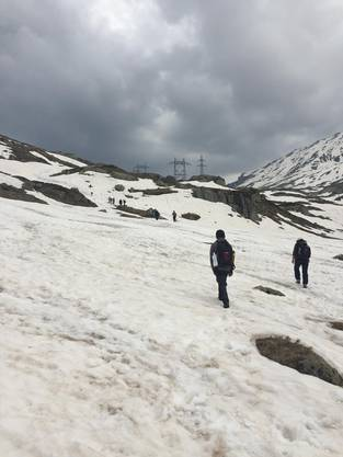 Sie laufen durch ein Schneefeld.
