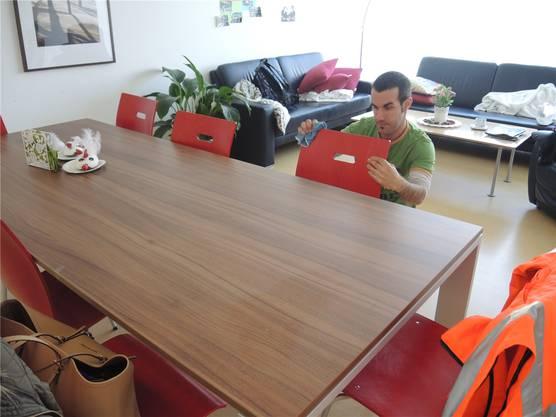Beim Putzen von Spiegel und Möbeln der Wohngruppe «Weiss» in Stein nimmt es Jan Grenacher genau.