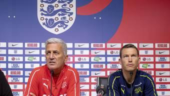 Nationaltrainer Vladimir Petkovic und Stephan Lichtsteiner (rechts) stehen den Medien vor dem Spiel gegen den WM-Halbfinalisten England Rede und Antwort