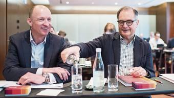 Im März 2016 war die Welt noch in Ordnung: Peter Kurer schenkt dem soeben ernannten CEO Olaf Swantee ein.