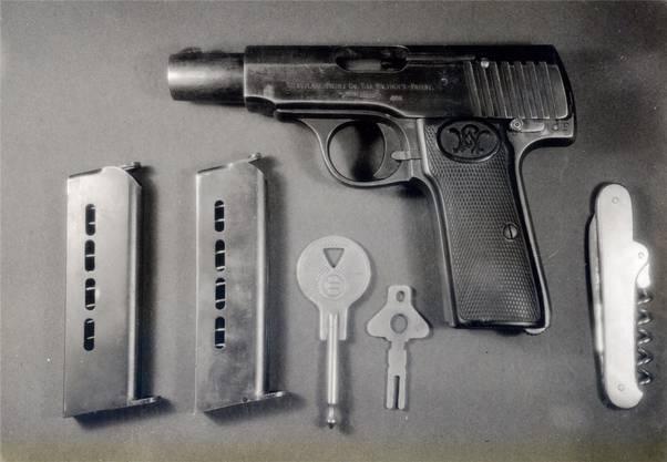 Die Pistole von Velte (Marke Walther, Modell 8) mit zwei Magazinen, zwei Autoschlüsseln und einem Taschenmesser.