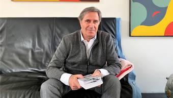 Markus Lüscher vor den abstrakten Bildern des Seoner Kunstmalers Rudolf Urech. Die beiden stammen von der gleichen Insel.
