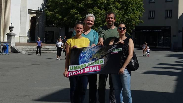 Anna Engeler, Felix Wettstein, Raphael Schär-Sommer und Myriam Frey Schär geniessen eine spätsommerliche Kirchgasse