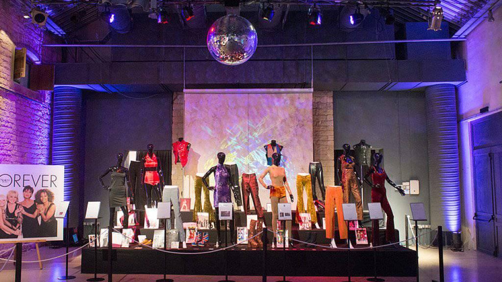 Bühnenkostüme der Spice Girls sind bis 20. August in der Ausstellung «Spiceup» in London zu sehen. (Archivbild)