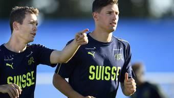 Fabian Schär (rechts) gehört wie Stephan Lichtsteiner zu den Führungsspielern im Schweizer Nationalteam
