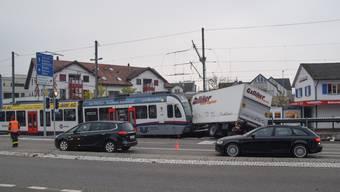Im Oktober 2018 krachten die Bahn und ein Lastwagen auf dem Mutschellen zusammen. Barrieren sollen das künftig vermeiden.
