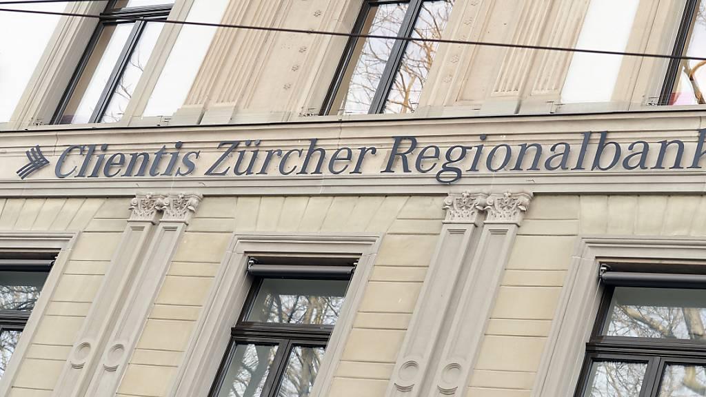 Die regional tätigen Schweizer Banken sehen sich in guter Verfassung. Ihre eigene Lage und die Lage der Gesamtbranche schätzen sie nicht nur deutlich besser ein als im vergangenen Jahr, sondern sogar auch noch besser als im Jahr 2019. Im Bild Filiale der Zuercher Regionalbank Clientis in Zürich.