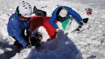 Dieser Sportler wurde von einer Lawine erfasst und blieb dank Airbag an der Oberfläche - wo er schnell aus den Schneemassen befreit werden konnte.