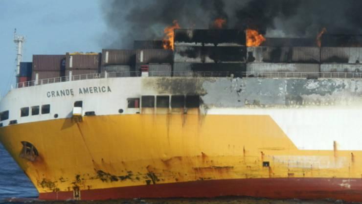 """Das brennende Frachtschiff """"Grande America"""" vor dem Untergang im Golf von Biskaya."""