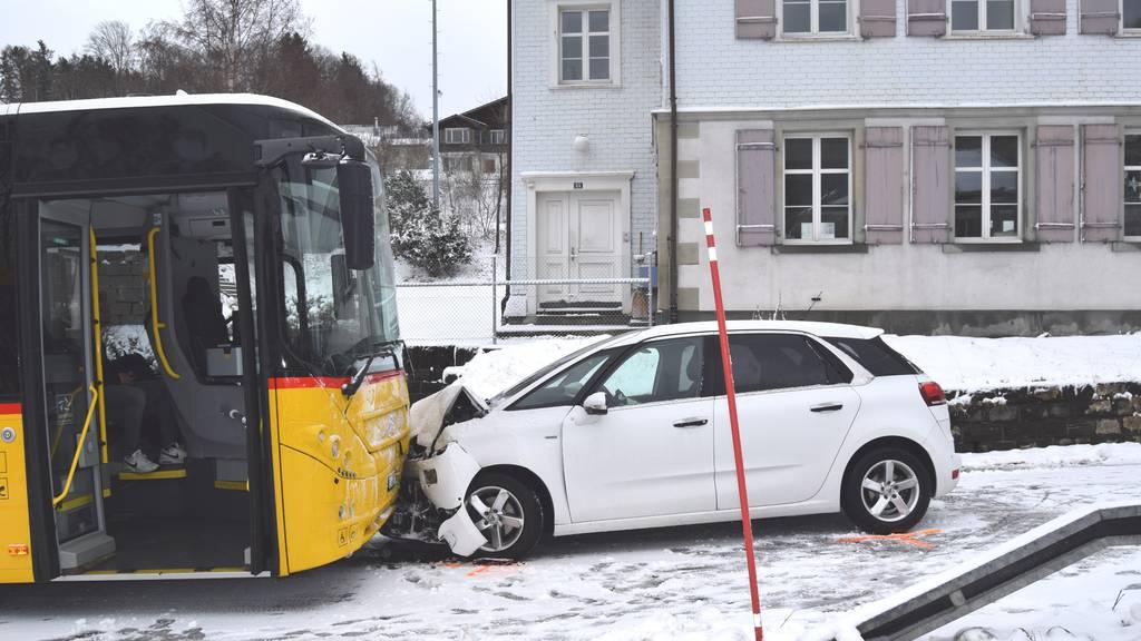 Frontalkollision mit Postauto