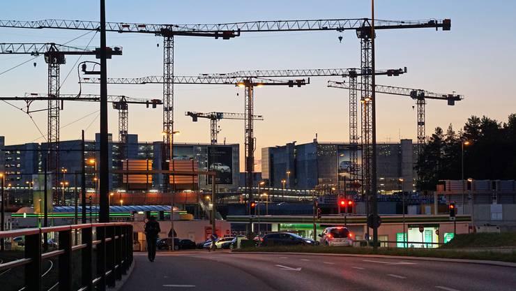 Sonntagsruhe auf der grössten Hochbaubaustelle der Schweiz beim Flughafen Kloten