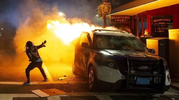 Auf Fernsehbildern waren brennende Fahrzeuge in Boston zu sehen.