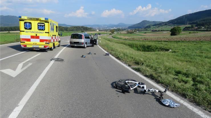 Bei einer frontalen Kollision zwischen einem E-Bike-Fahrer und einem Auto zog sich der 83-jährige E-Bike-Fahrer schwere Verletzungen zu.