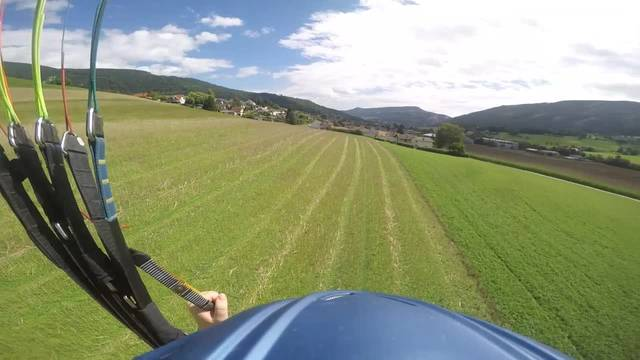 Gleitschirmfliegen mit der GoPro in Matzendorf: Den sorgfältigen Vorbereitungen folgt ein kurzer Flug mit Landung auf der Wiese