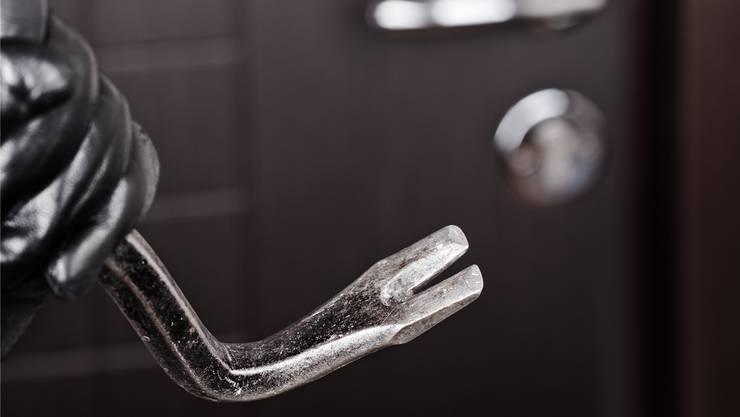 Als die Polizei das Fahrzeug der Tatverdächtigen durchsuchten, fanden sie Einbruchswerkzeuge vor. (Symbolbild)