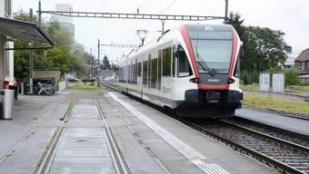 Stillstand: Der Zug zwischen Safenwil und Suhr fährt bis im Dezember nicht mehr. Auch der Bahnhof Oberentfelden ist vom Unterbruch betroffen.